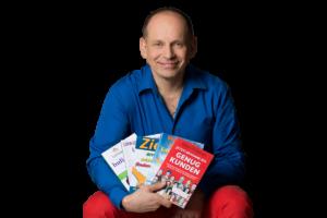 Autor und Buchmentor Tom Oberbichler mit Büchern